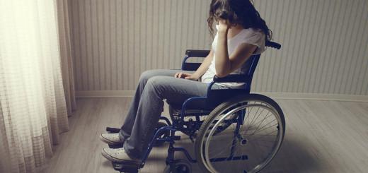 ragazza triste in sedia a rotelle