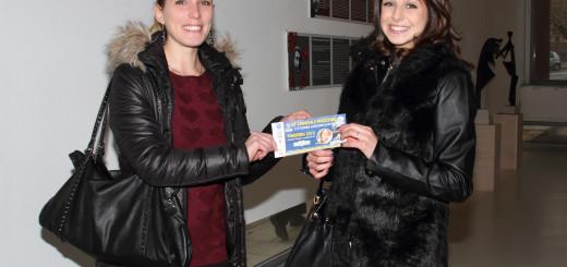 Debora Folla, (a sx) Titolare di CityGreen, premia Giulia Coretti, madrina del Carnevale