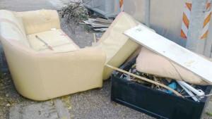 rifiuti ingombranti in strada