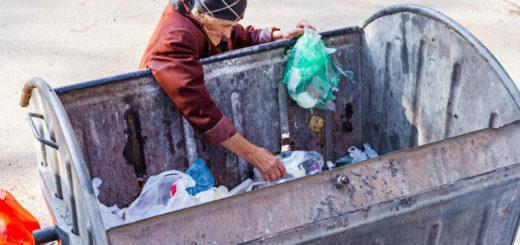 vecchietta cerca nella spazzatura