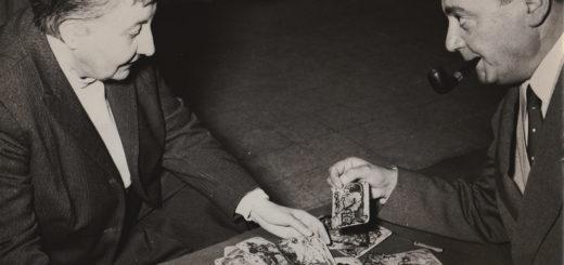 Maria Lupieri e Piero Lustig con i tarocchi alla Galleria Montenapoleone 6A Milano 1955