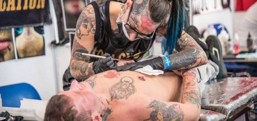 tatuatrice e vittima sul lettino - Tattoo Expo Trieste 2018