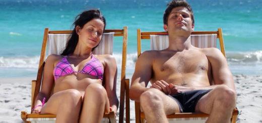 coppia al sole in spiaggia