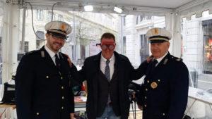 il vice sindaco Paolo Polidori con gli agenti della Polizia Locale mentre indossa  gli occhiali simulatori di ubriachezza