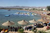 epa02484251 General view of the beach at the Red Sea resort of Sharm el Sheik, Egypt, 07 December 2010. A German tourist has been killed after a shark attack in the Red Sea off Sharm el-Sheikh, Egypt on 05 December 2010, Egyptian officials have subsequently imposed a 72-hour swimming ban in part of the area, one of Egypt's most popular tourist destinations.  EPA/KHALED EL FIQI