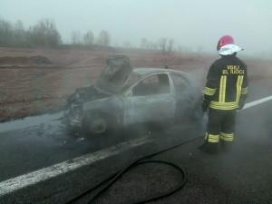 auto bruciata autostrada