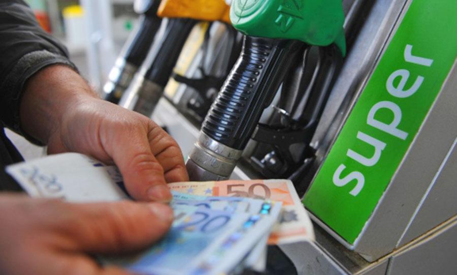 benzinaio con soldi pompa di benzina