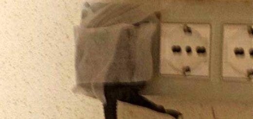 presa di corrente bloccata con nastro adesivo