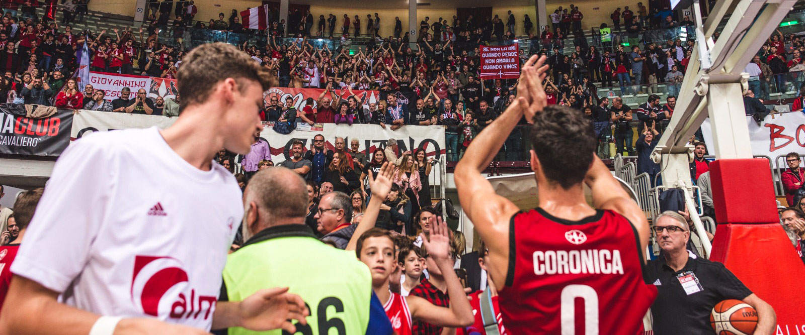 L'applauso di capitan Coronica alla curva - foto Ufficio Stampa Alma Pallacanestro Trieste