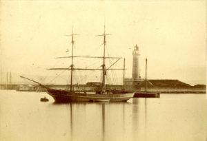 1880 circa - un due-alberi ormeggiato all'esterno del Molo Teresiano