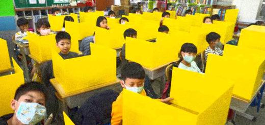 scuola con divisori in plexiglas
