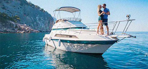yacht barca turisti coppia mare