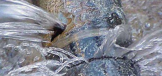 dispersione idrica tubo che perde acqua