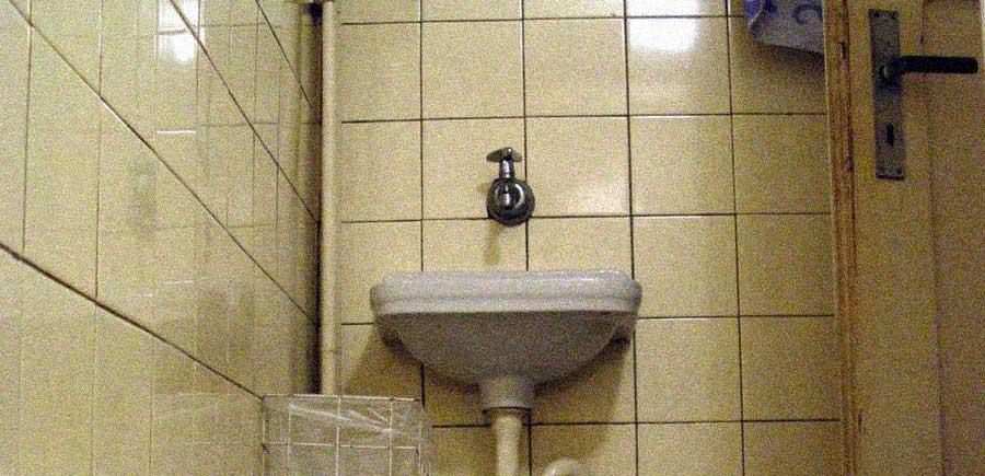vecchio bagno acqua rubinetto lavandino