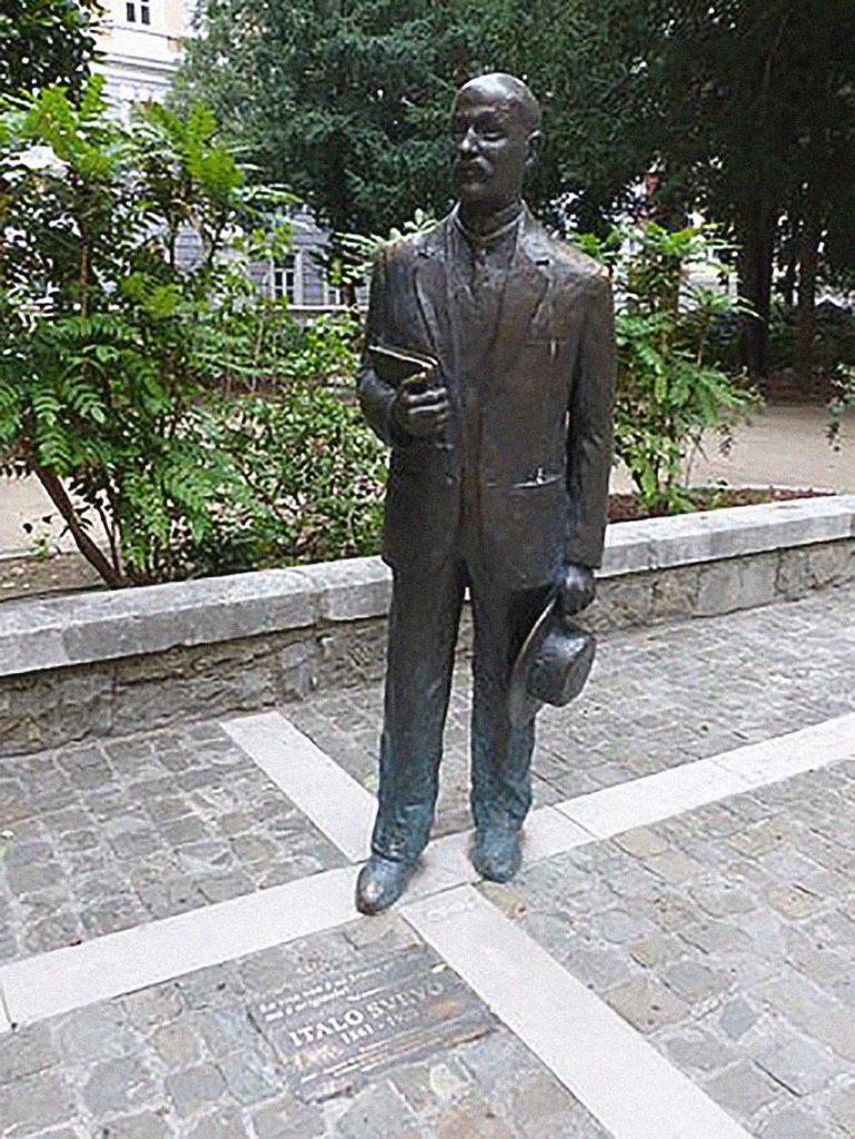 La statua dedicata a Italo Svevo in piazza Attilio Hortis a Trieste