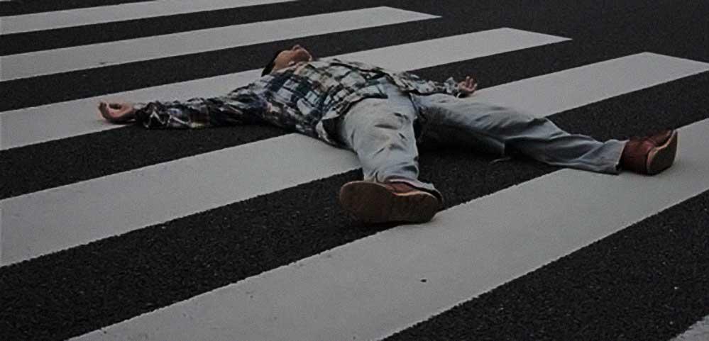 ubriaco fradicio in mezzo alla strada