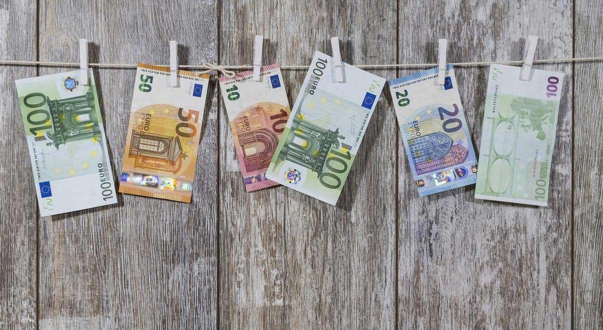 soldi Euro appesi ad asciugare