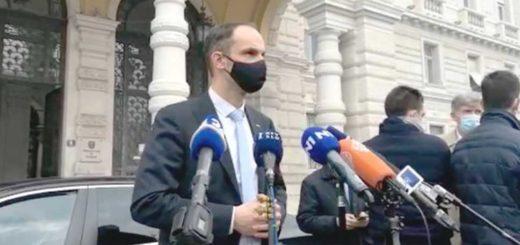 Il ministro degli esteri sloveno Anže Logar davanti ai giornalisti
