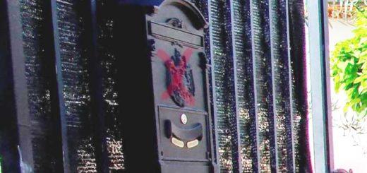 cassetta postale segnata di rosso