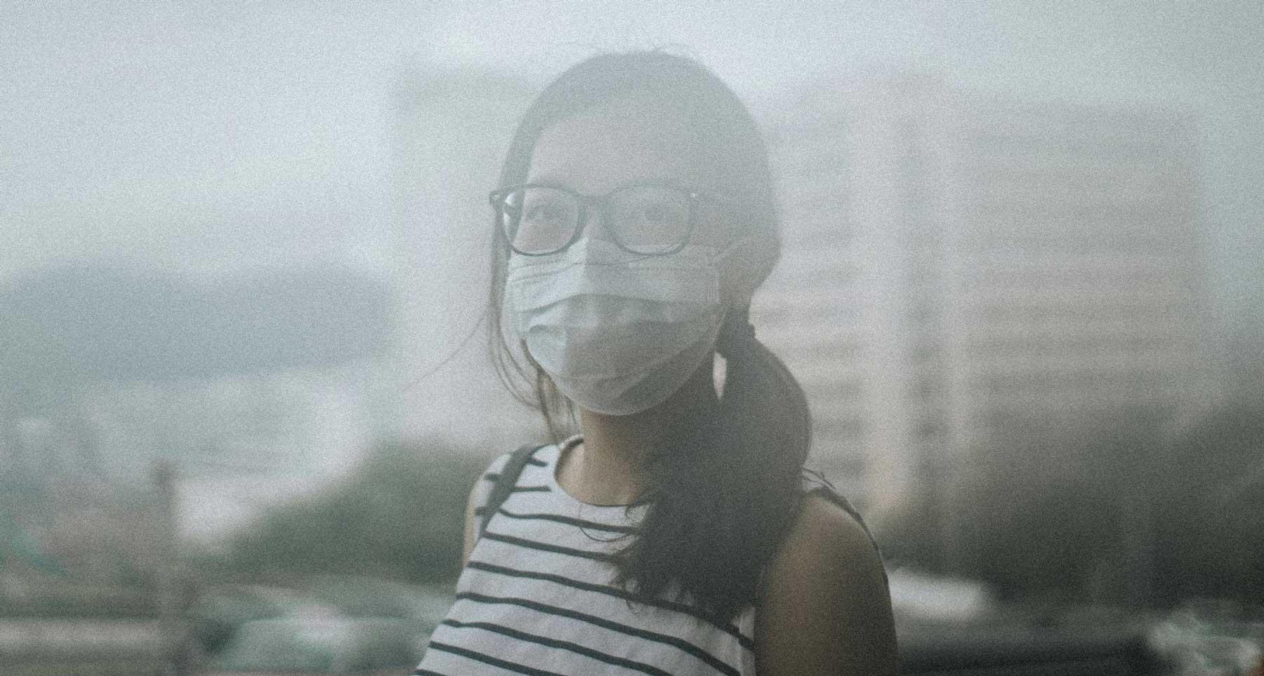 inquinamento atmosferico ragazza con mascherina