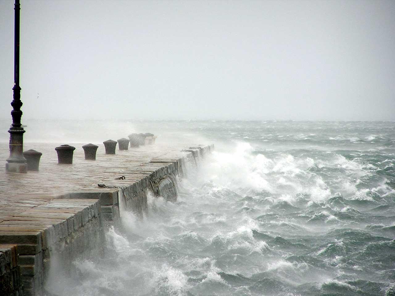 Bora a Trieste sul Molo Audace