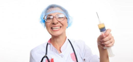 infermiera con siringa vaccinazione