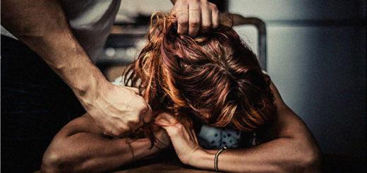 uomo picchia donna - violenza